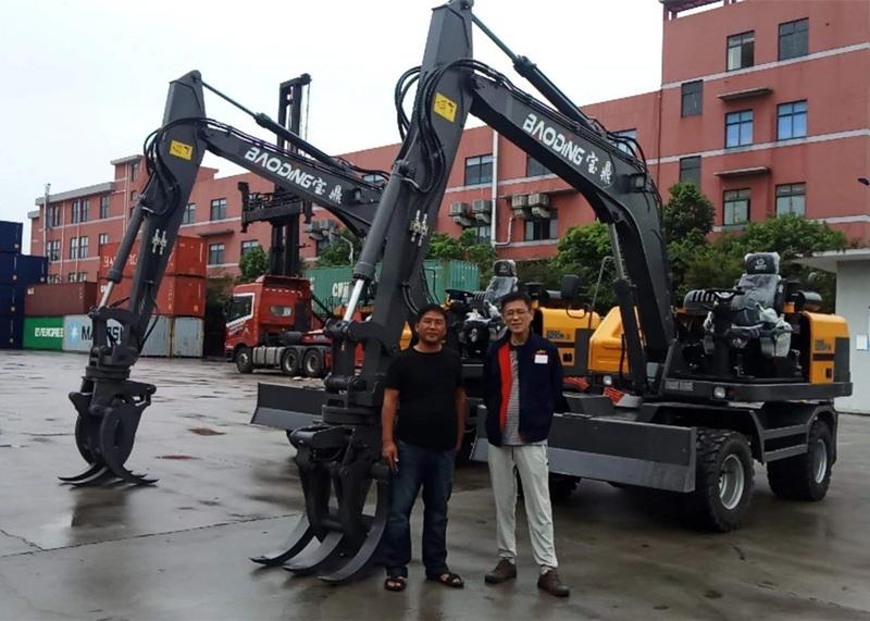 出口轮式挖掘机抓木机交付客户