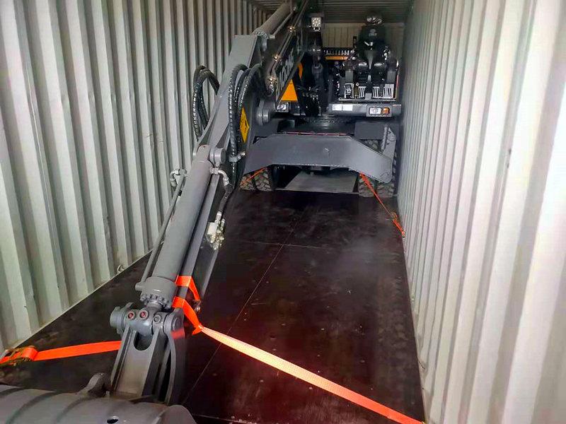 宝鼎出口轮式挖掘机装柜