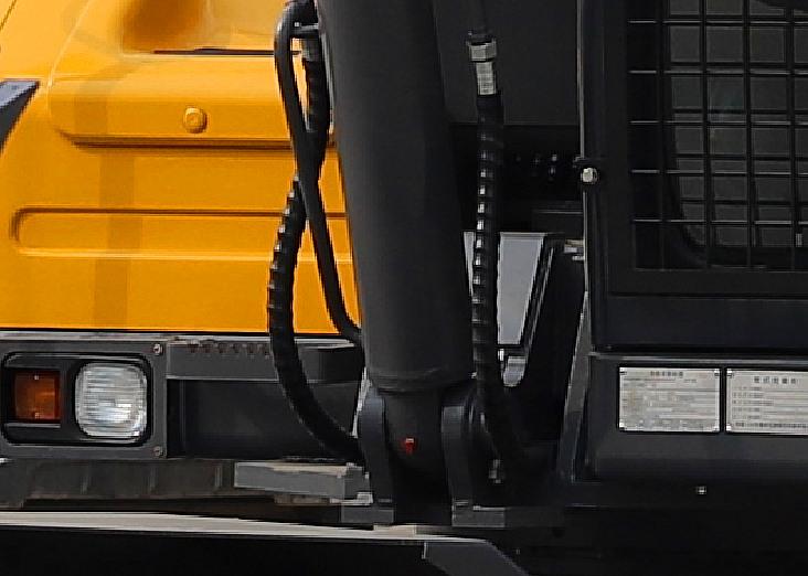 挖掘机抓木机的动臂进回油管路采用内收型布局
