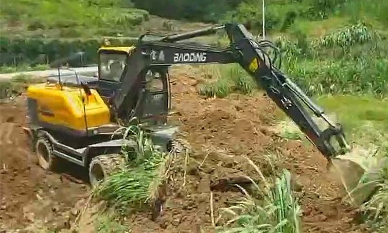 轮式挖掘机施工展示