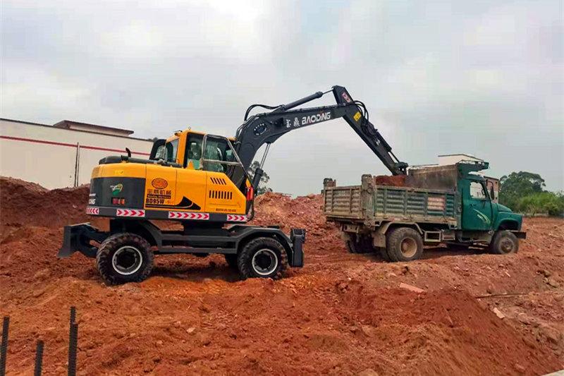 宝鼎轮式挖掘机施工作业