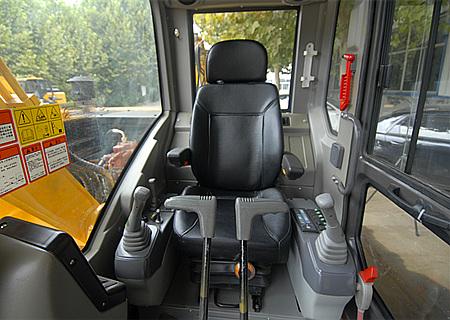 驾驶舒适操作方便