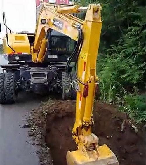 宝鼎80轮式挖掘机挖掘工作图