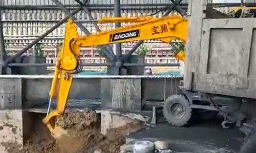 宝鼎95轮式挖掘机工作