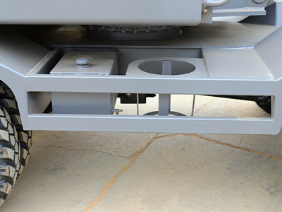抓木机加装备用储水箱与黄油桶支架