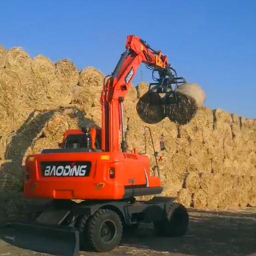 宝鼎150中型轮式挖掘机加装抓草机使用